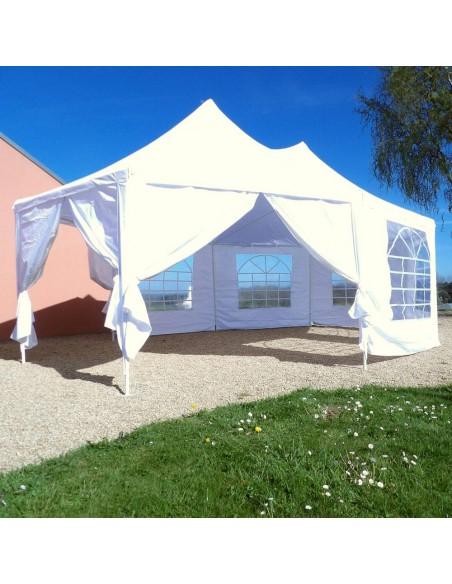 Tente de reception octogonale ouverte dans jardin