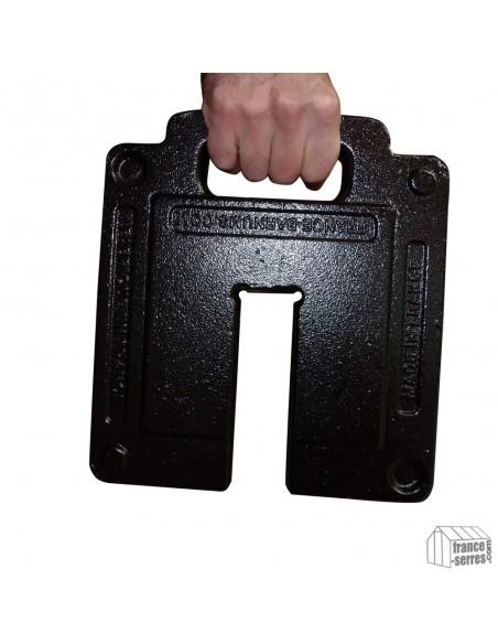 Poids en fonte pesant 13,5kg avec poignée intégrée facilitant son transport