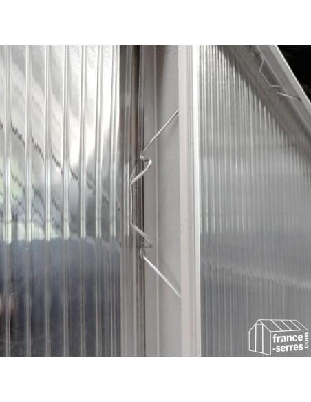 Clips en métal permettant de fixer les panneaux sur la structure
