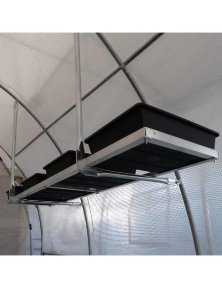 Aucun pied gênant : vous optimisez la surface de votre serre tunnel grâce à cette étagère suspendue