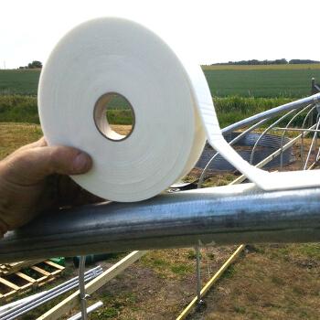 Mousse thermique à positionner sur les parties de la structure de la serre en contact direct avec la bâche