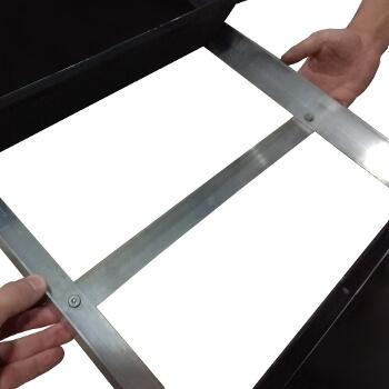 Tablette en aluminium renforcée par une cornière afin de pouvoir supporter jusqu'à 50kg répartis