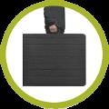 Encombrement minimal grâce au pliage valise de cette table noire pliante de 1,80m