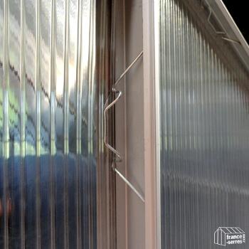 Maintien des panneaux sur la structure avec des clips en métal
