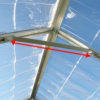 Entretoise de renfort sous la toiture de la serre en polycarbonate