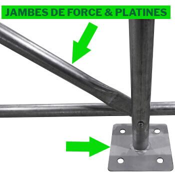 4 jambes de force ou barres anti-tempetes situées à chaque angle de la serre tunnel et grandes platines de pied