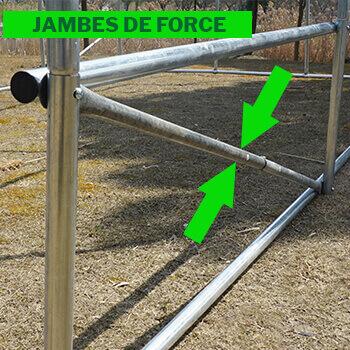 4 jambes de force ou barres anti-tempetes situées à chaque angle de la serre tunnel